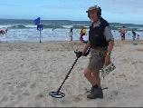 Пляжный поиск с металлодетектором в Австралии.