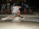 Пляжный поиск с металлоискателем в Тайланде на острове Lipe.
